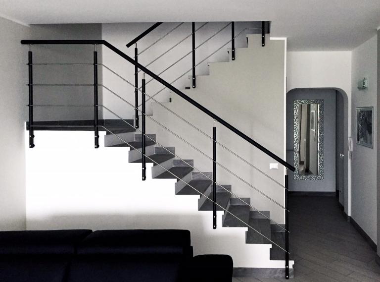 Ringhiera su scala in muratura con capiscala in acciaio - Scale in muratura per interni ...