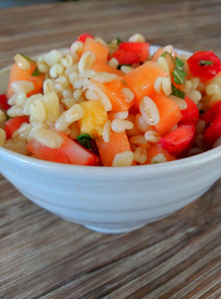 Colorida ensalada a base de trigo tierno y frutas frescas, fantástica para tomar como primer plato. El trigo tierno es un alimento rico en hidratos de carbono y en proteínas, por lo que si lo combi…
