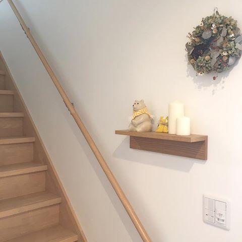 壁につけられる家具 棚 ゚ 何も飾る場所がない玄関 とっても寂しかったので 無印の棚をつけました ㅅ 小さなスペースだけど 季節のものを飾っていけたらいいなと リースは去年購入したものだけど ずーっと変わらず可愛いままなので ずーっとここに