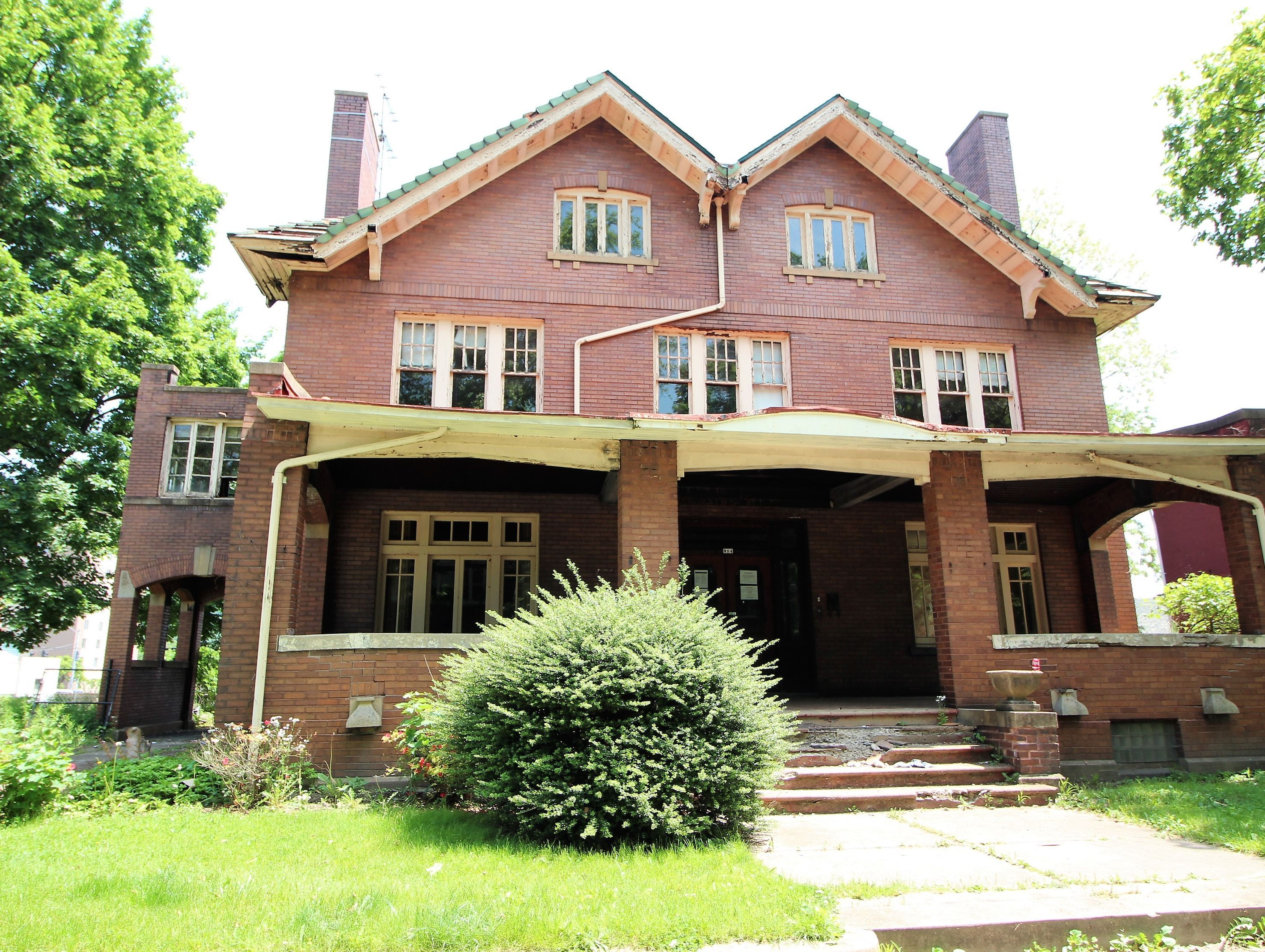 914 8th Ave BEAVER FALLS, PA 15010 Victorian houses for