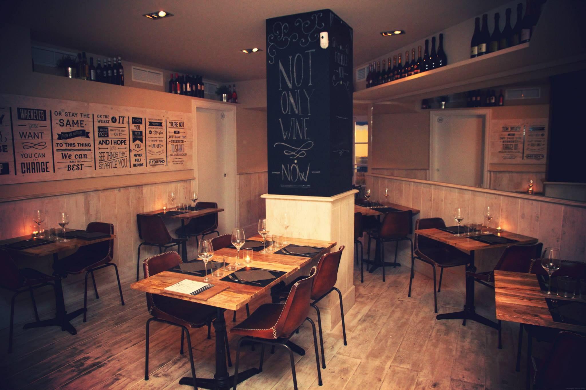 Mobiliario vintage en la vinoteca, tienda delicatessen y restaurante ...