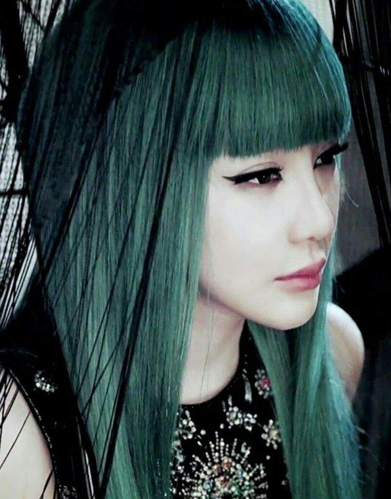 Best Kpop Female Idols That Rocked Green Hair K Pop Amino Green Hair Hair Styles Hot Hair Colors