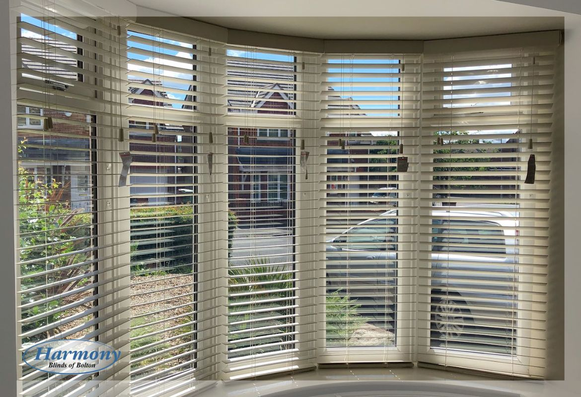 Wooden Blinds In A Curved Bay Window Blinds For Windows Living Rooms Wooden Window Blinds Wooden Blinds
