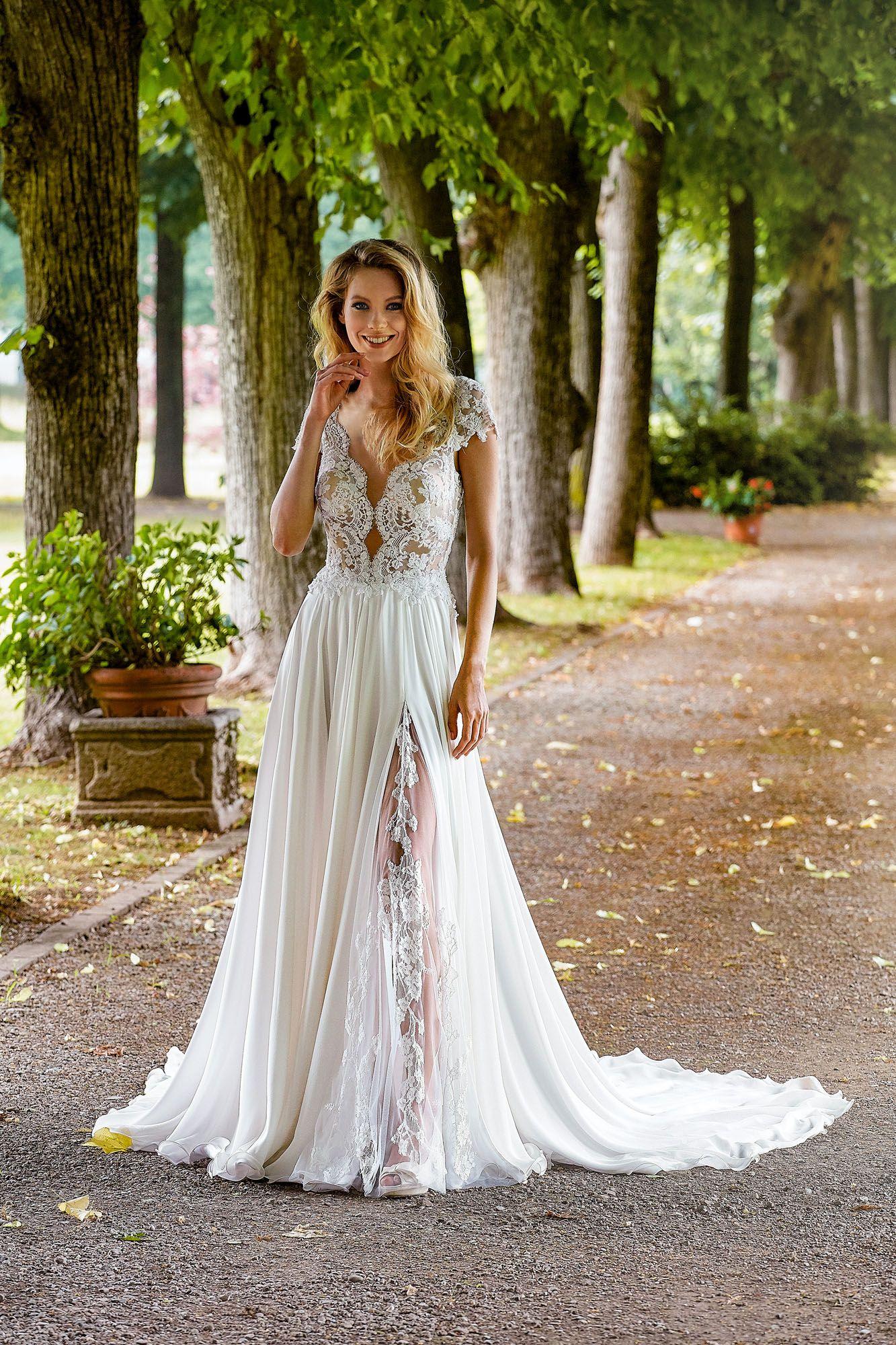 e5711e5dd126 MODELLO 1824 Bellissimo abito da sposa scivolato con bustino in pizzo  francese ad effetto nudo e