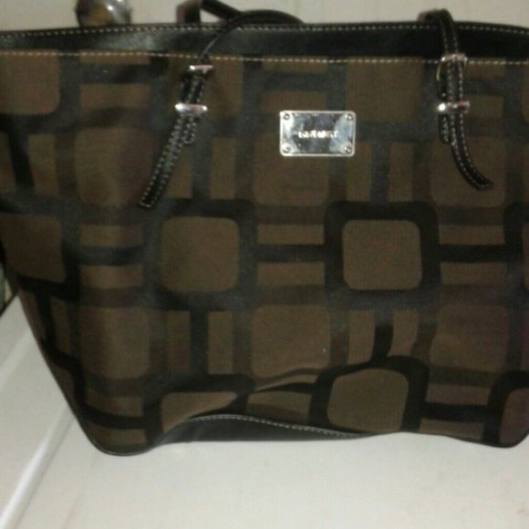 Chocolate brown handbag. Large clean perfect condition. Black interior lots of space. Nine West Bags