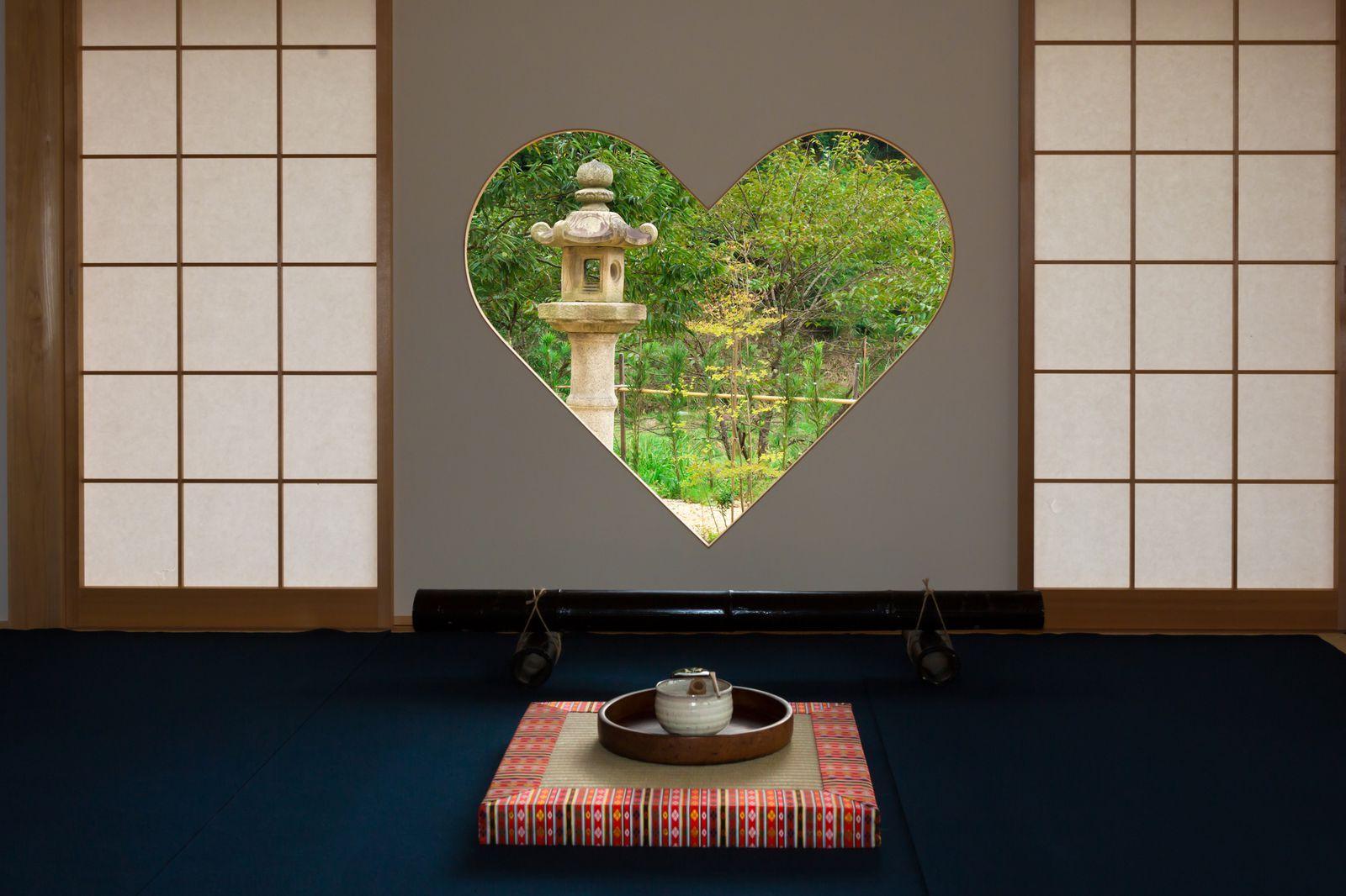"""多くの有名寺院がある京都。王道スポットや最新スポットは人気ですが、最近じわじわ話題を集めているのが、""""窓が印象的なスポット""""です。フォトジェニックで心落ち着く""""窓""""が印象的な光景。窓と窓から見える景色が一体となった美しい寺院を7つご紹介します。"""