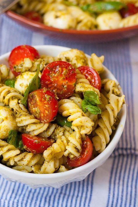 20-minütiger Nudelsalat mit Pesto, Tomaten und Mozzarella   - Essen und Trinken -