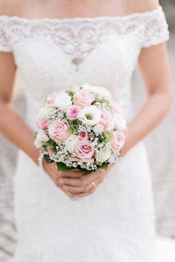 ¿No es un hermoso ramo de novia con rosas y gypsophila para …