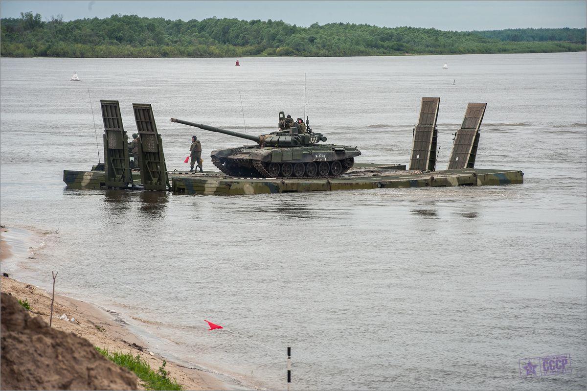 На исходном берегу, приступил к погрузке на три 60-ти тонных парома второй танковый взвод. Третий танковый взвод продолжает вести огневое поражение противника стрельбой из штатного оружия прямой наводкой.