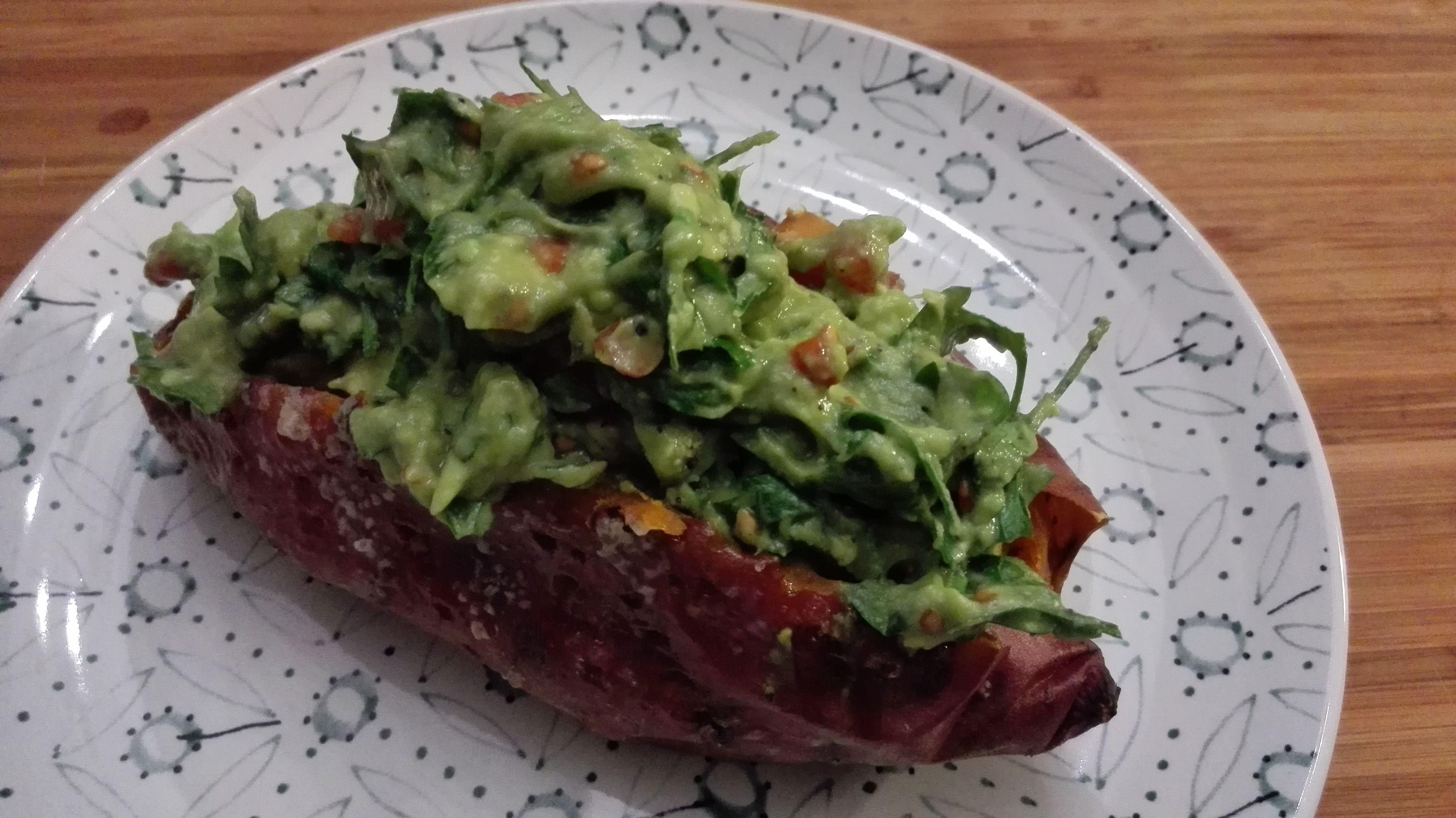 gepofte zoete aardappel met avocado & tomaat