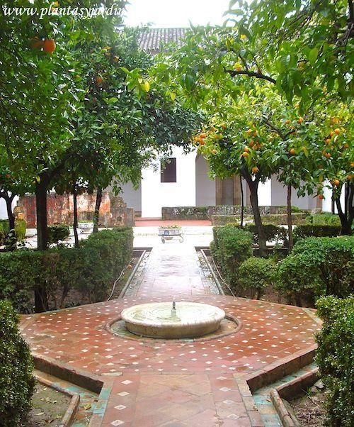 Jardin Arabe: Tipico Patio De Estilo Mudejar Con La Fuente En El Centro
