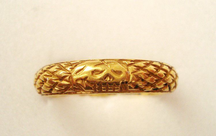 Gold posy ring with inscription 'In vtram qe paratus fortunam RS', initials and maker's mark. Exterior imbricated and decorated with a skull (death's head). Probably also a mourning ring.