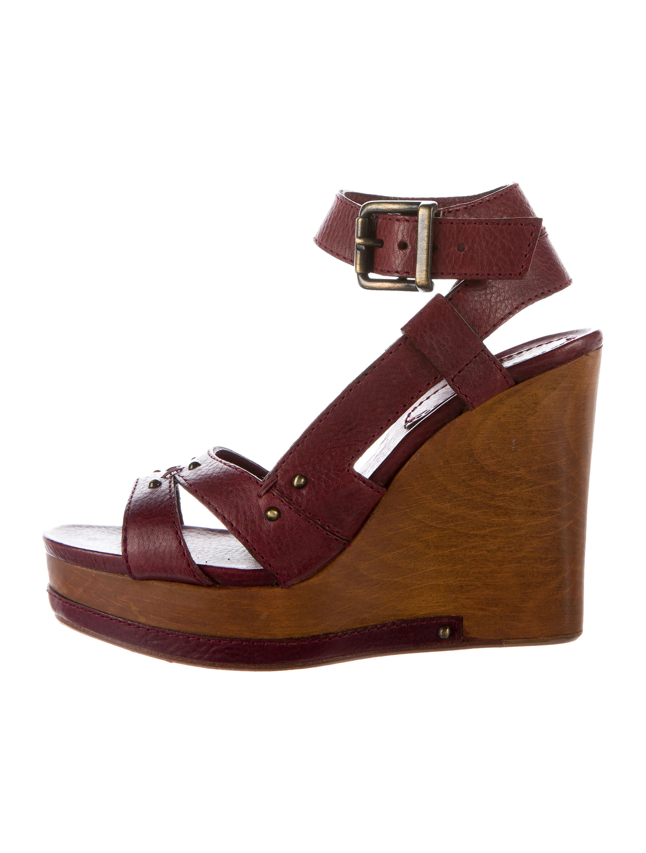 e9cacab45430 Burgundy leather Chloé wedge sandals with antiqued gold-tone hardware