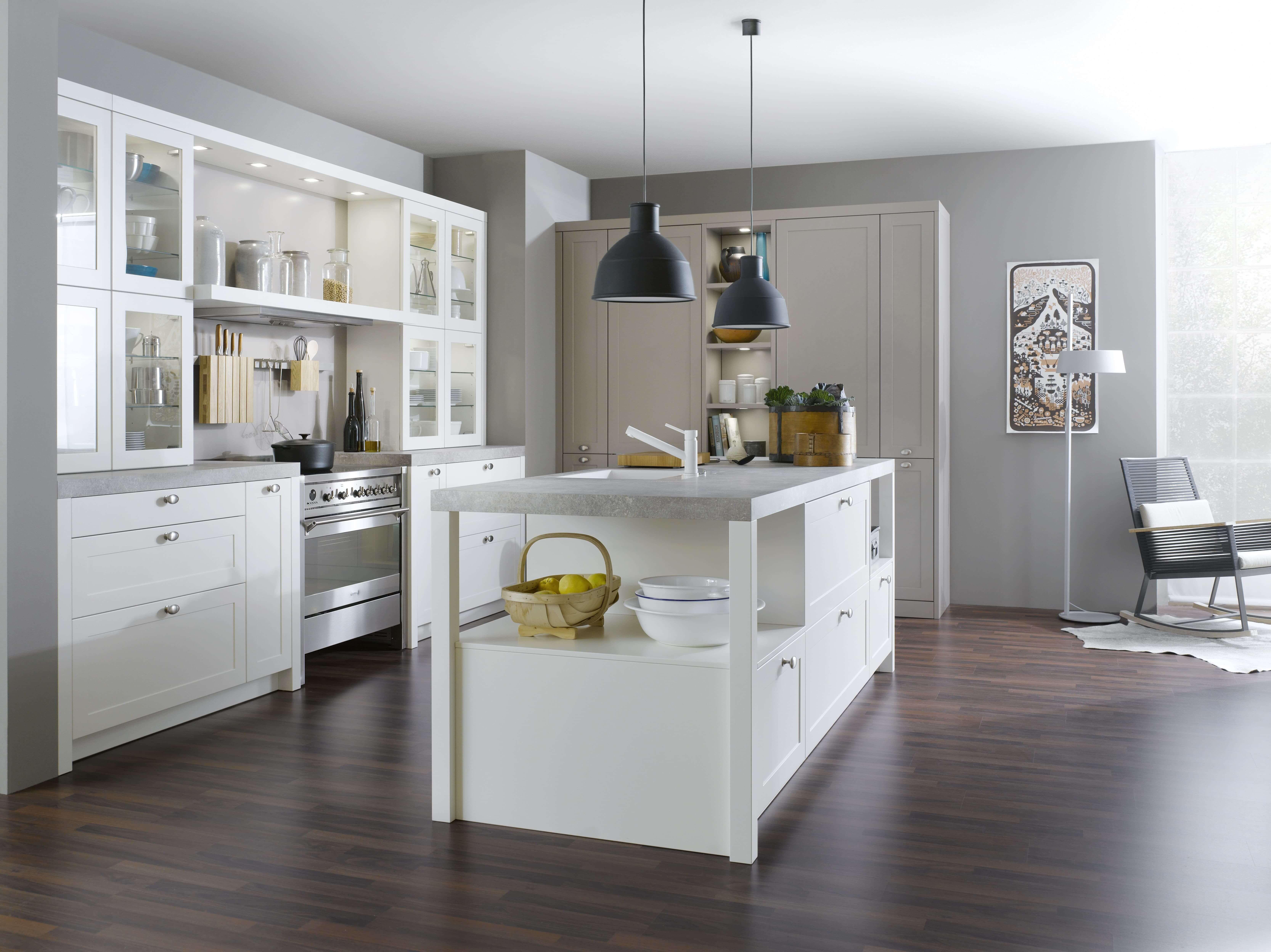 Weiße Landhausküche, Rustikale Küche mit weißen Fronten Foto ... | {Rustikale landhausküchen weiss 82}