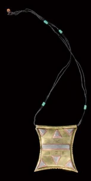 Pendentif amulette ou tshérot, tshérot ta n idmaren, Mali Argent, cuivre, laiton, cuir, vert de Kano (chèvre) L. pendentif seul: 11,5 cm; l. 10 cm L. totale: environ 51 cm Tshérot plate de forme générale… - Binoche et Giquello - 01/03/2013