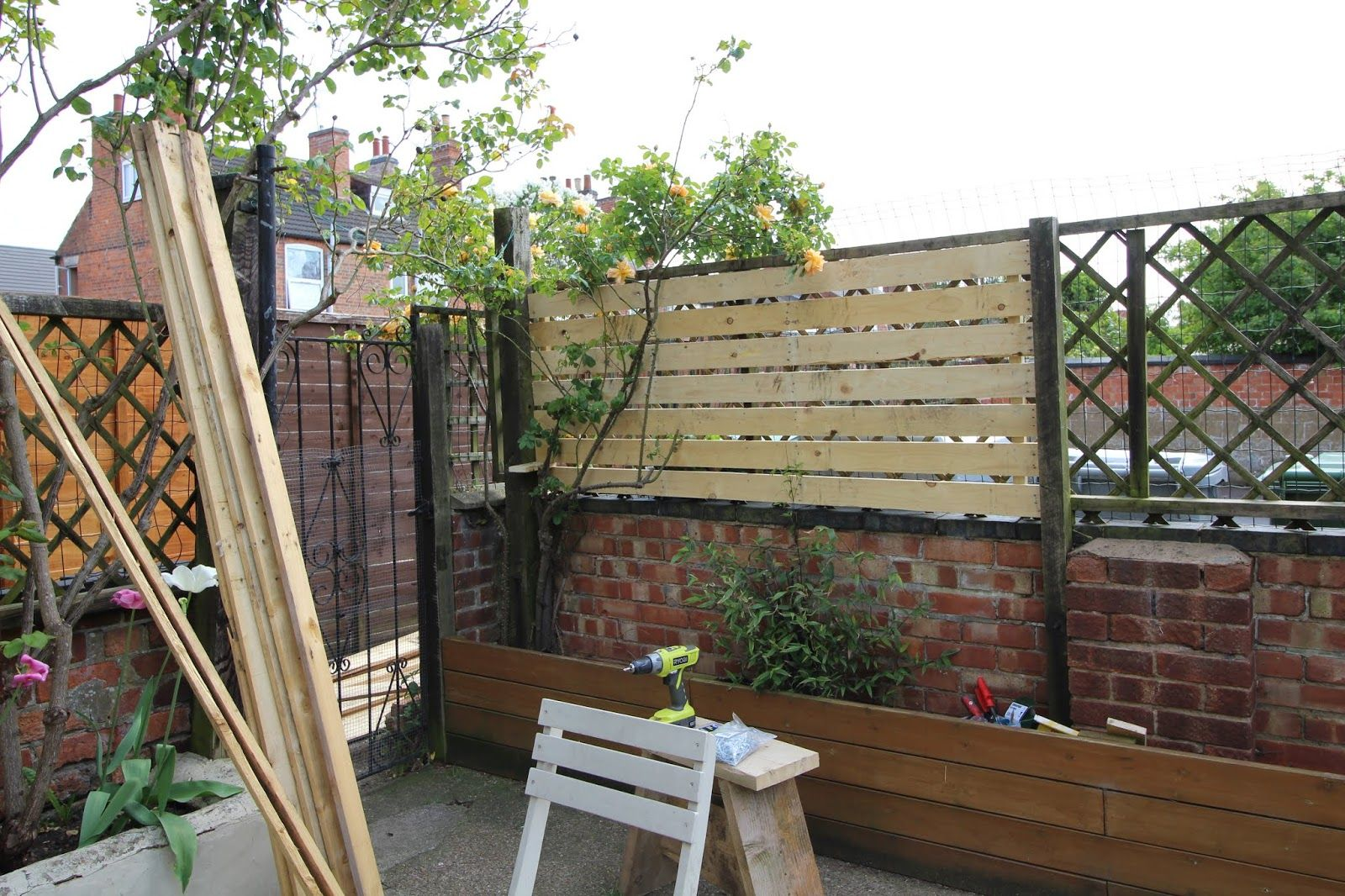 DIY How to Create a Slat Fence with Pallet Wood ...