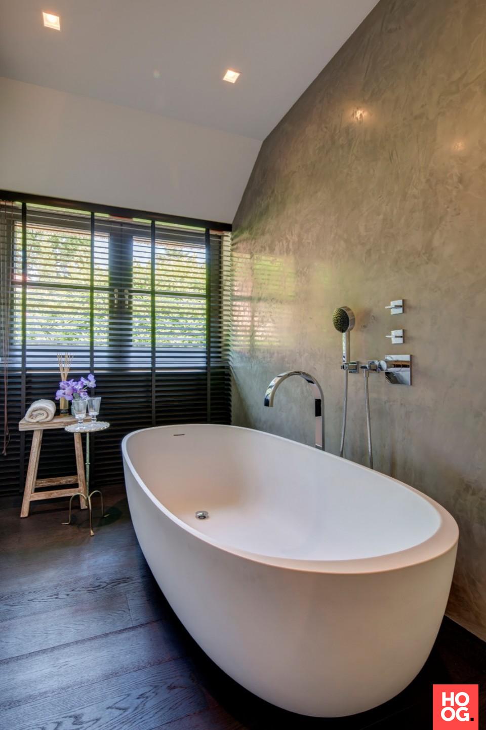Badkamer inrichting met luxe ligbad | badkamer ideeen | design ...
