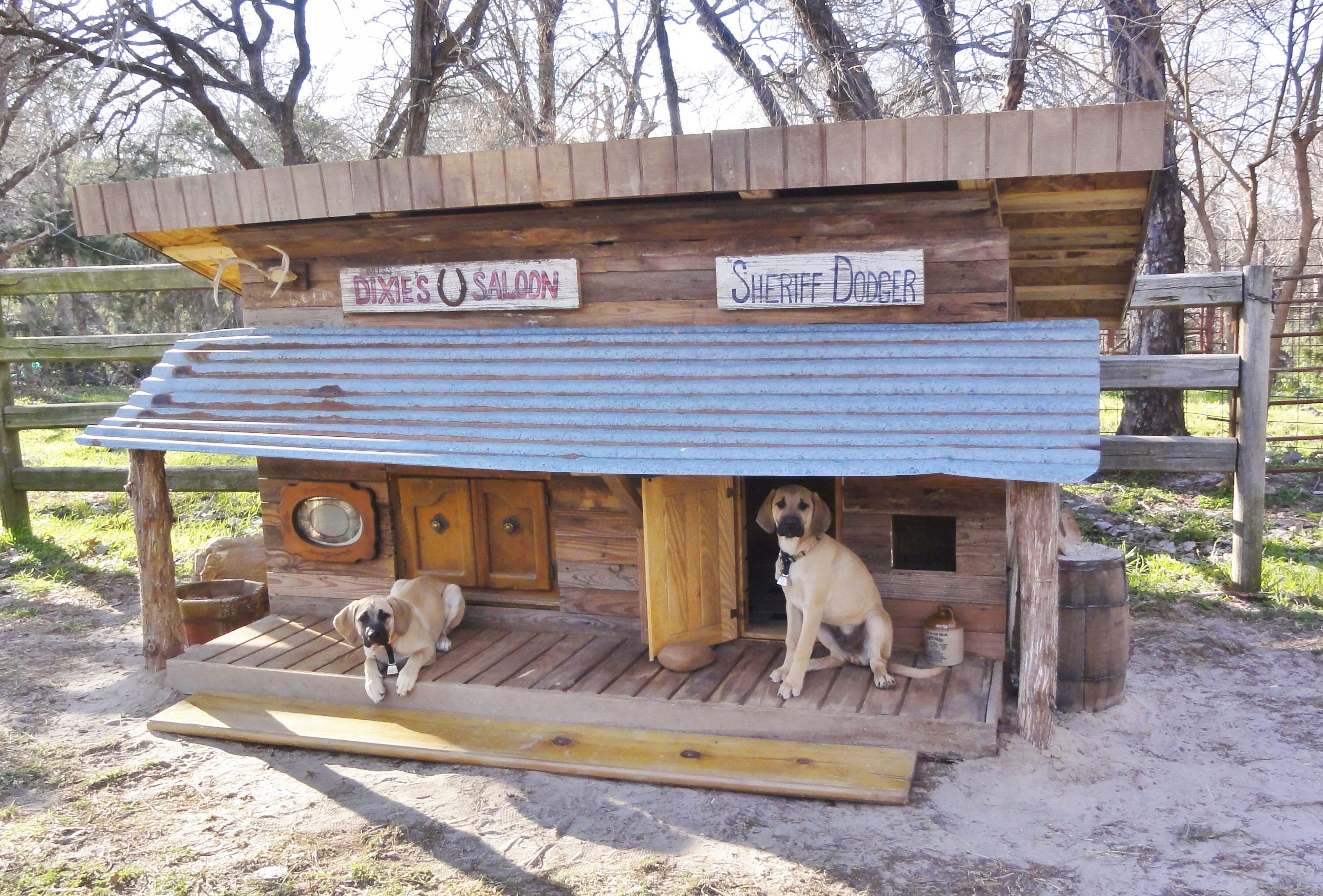 Dixie And Dodger S Wild West Dog House Is Finished It Took A Month Of Weekends To Build And It Sure Fits In Here At The Ranch Dog Houses Dog House Dog