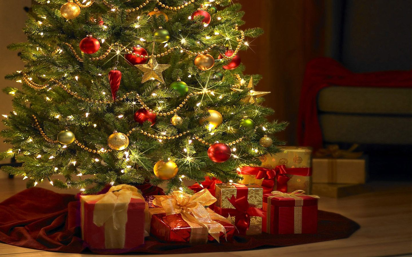 Beautiful Trees Wallpapers For Desktop Free Beautiful Christmas Tree With Gifts Comp Christmas Tree Wallpaper Christmas Tree Decorations Real Christmas Tree