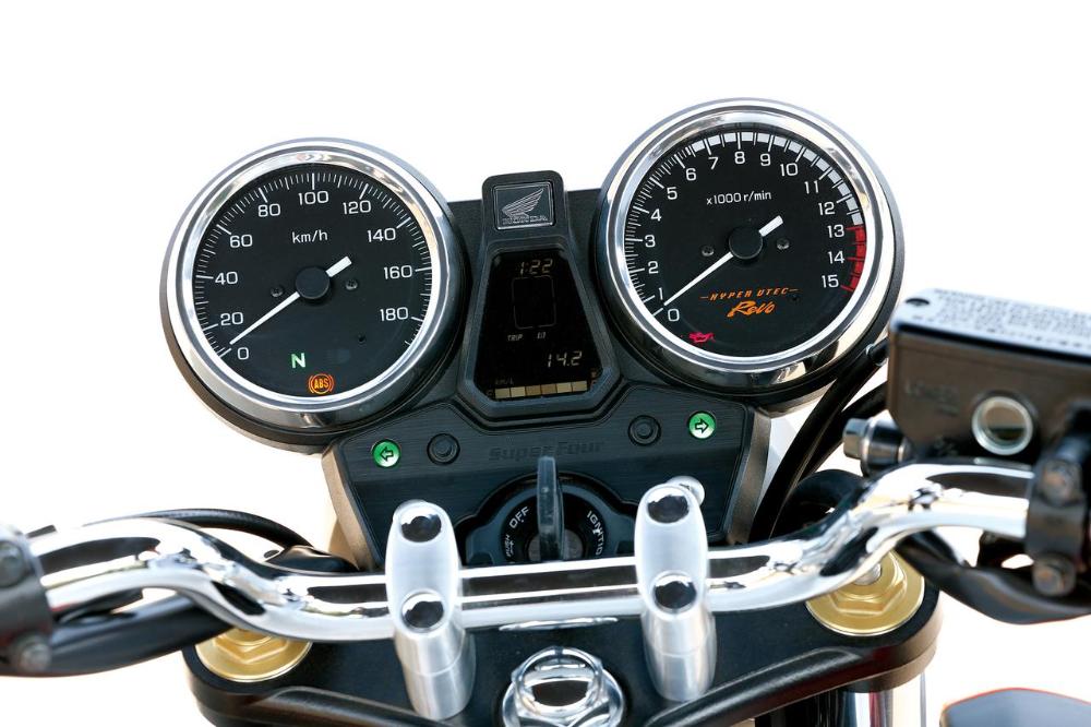 先進装備と抜群の走りでライダーを陶酔させる名車 Honda Cb400super Bol D Or Abs Super Four Abs 2014年 試乗インプレ 1 3 Webオートバイ 名車 ライダー オートバイ