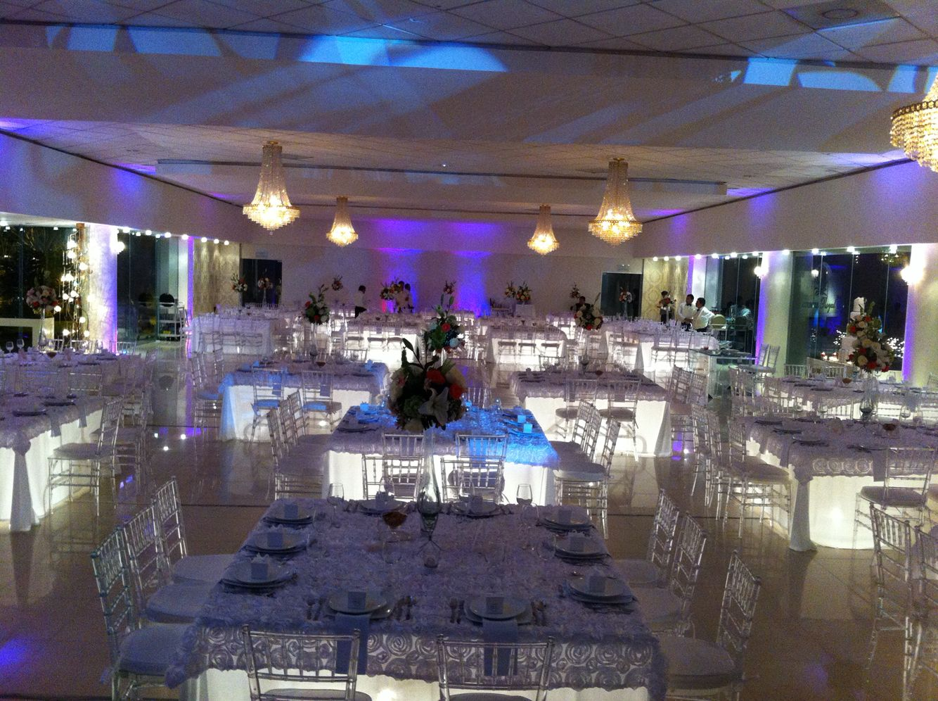 Elegante montaje. La iluminación de mesas y ambiental le dan ese toque romántico.