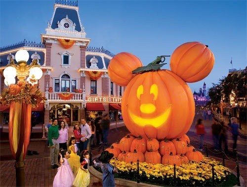 Image via We Heart It #disney #disneyland #Halloween #mickey #mickeymouse #happyhalloween