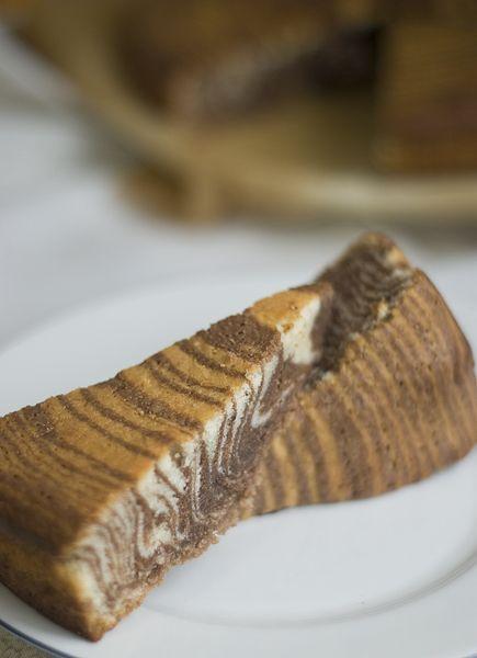 """Whole kitchen en su Propuesta Dulce para el mes de Mayo nos invita a preparar un Zebra Cake (Pastel Cebra). Nunca había preparado ninguna, pero tenía ganas desde hace mucho. El corte me parece chulísimo y le da un toque diferente al bizcocho. Es más, mi padre cuando lo probó me dijo """"este bizcocho parece …"""