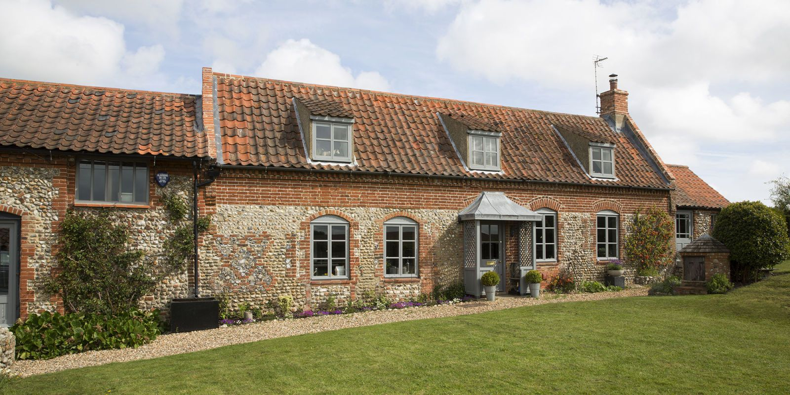 This Norfolk Cottage Boasts A Natural Yet Quirky Interior Norfolk Cottages Norfolk House French Cottage