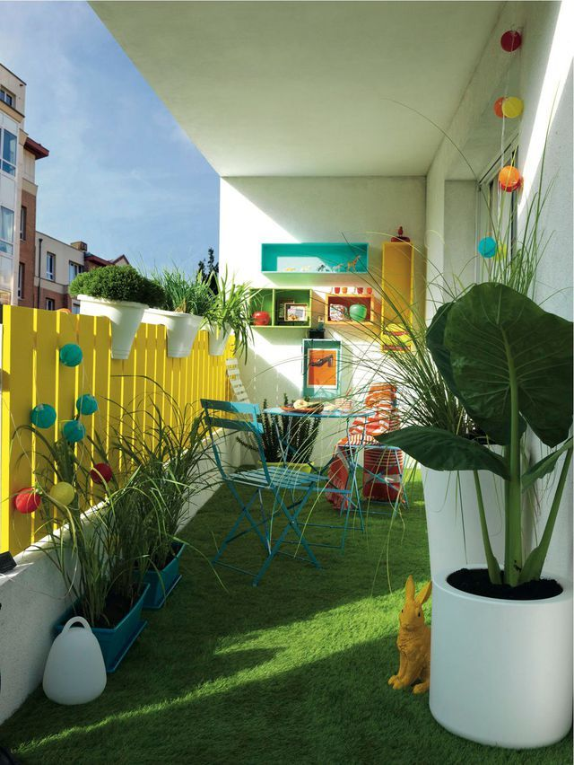 Amenager Un Balcon Avec Des Plantes Et Une Table Deco Balcon Decoration Balcon Idees Balcon