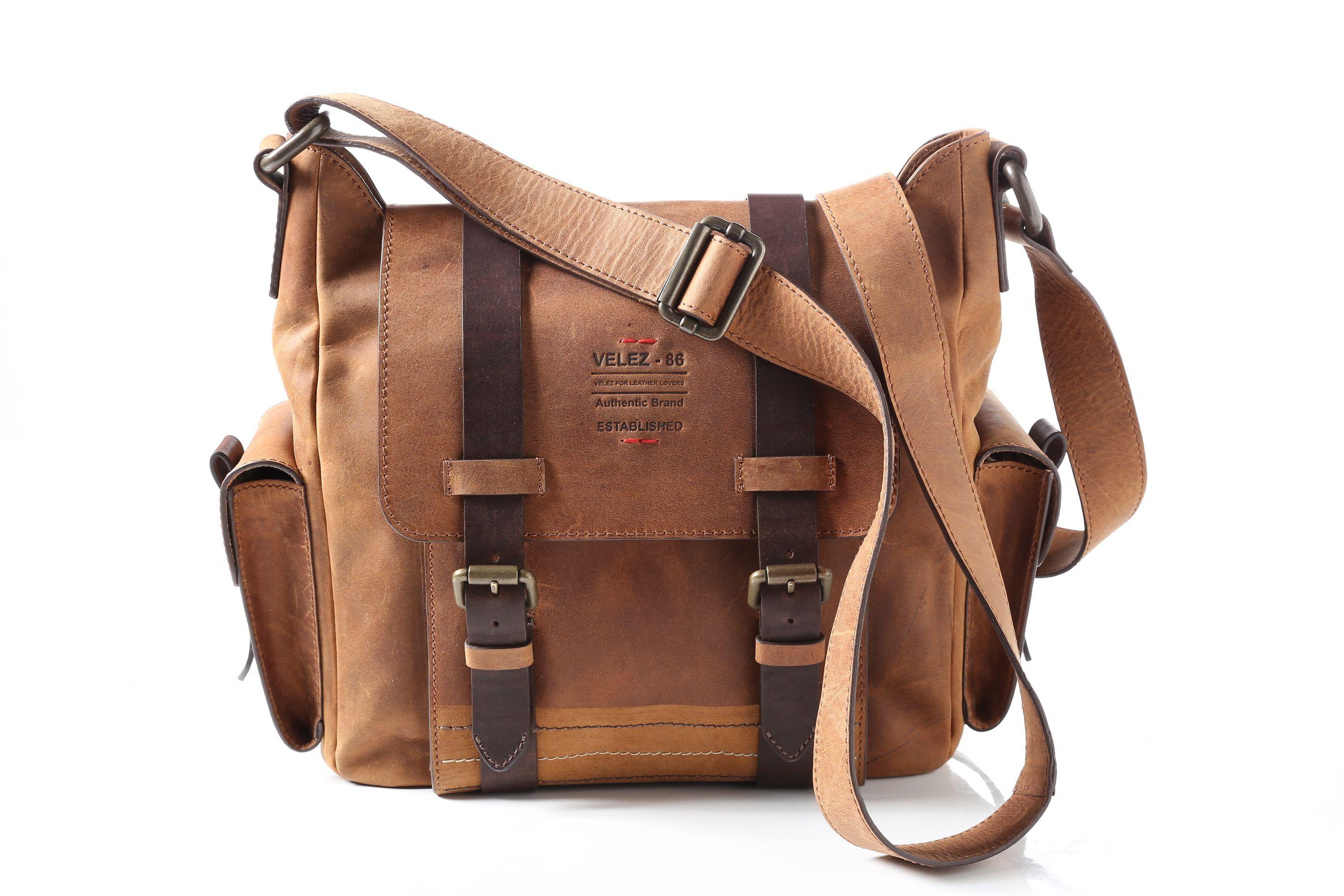 Descubre aquí todos los estilos de morrales y bolsos para hombres que  tenemos. Manos libres, maletines, morrales y más a un clic. Cuero original.