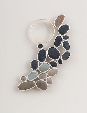 Millie Behrens Mørk måne, brosje Sølv, gull, strandstein
