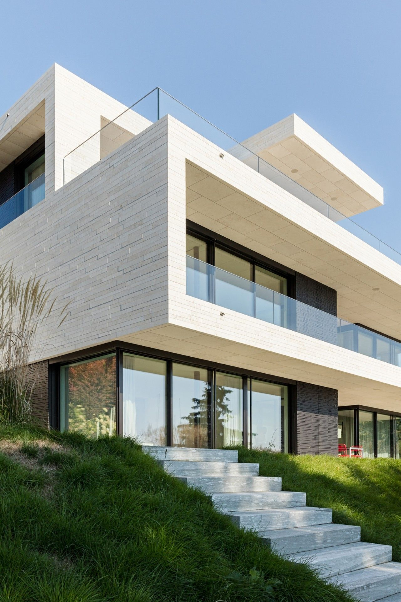 neubau villa zürich gartenfassade dietfurter kalkstein glasbrüstung ...