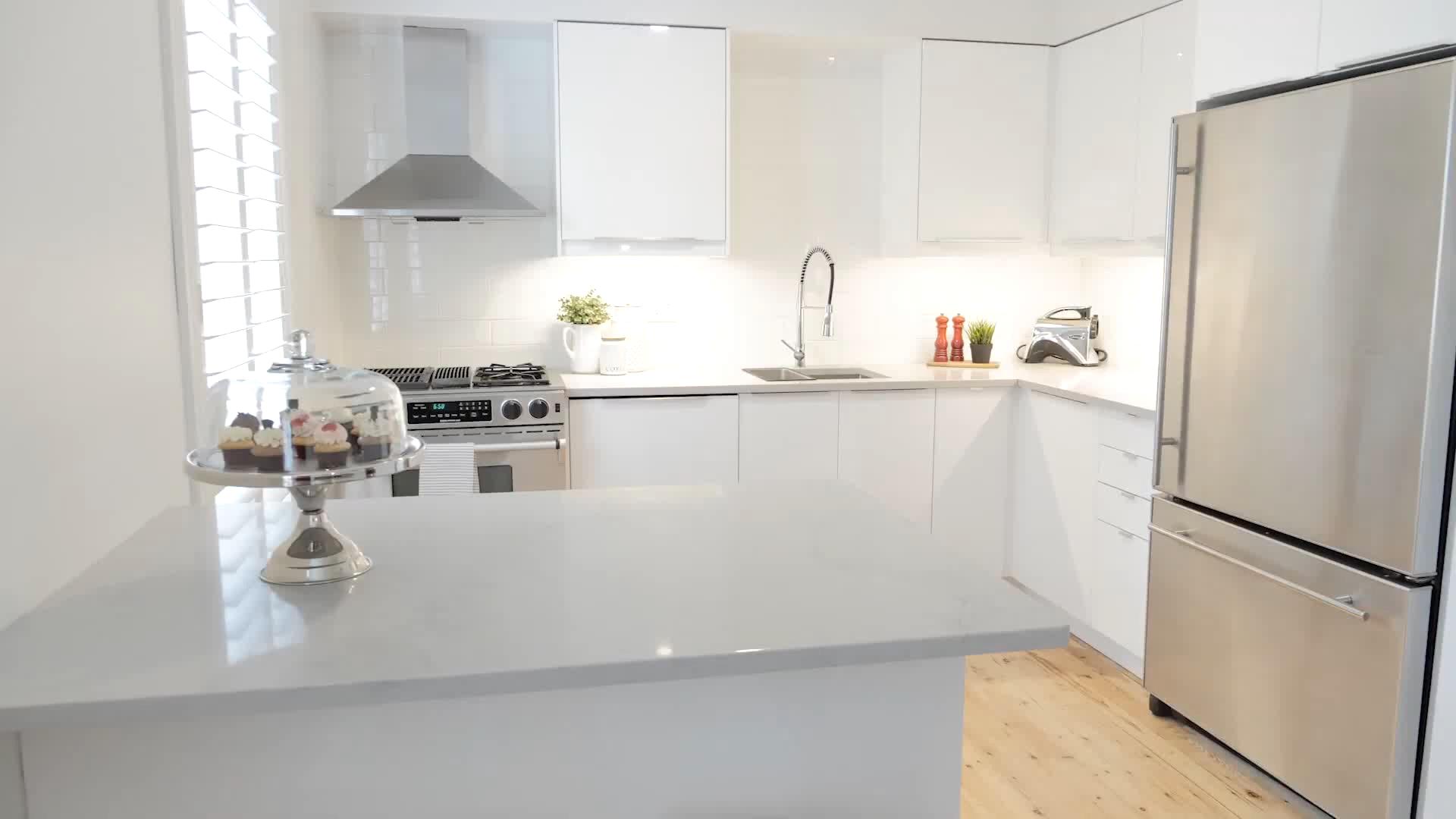 Download Wallpaper White Gloss Kitchen Pantry