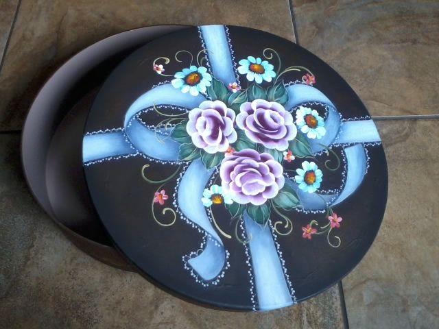 https://flic.kr/p/dRUXP6   Caixa com laço e flores   Caixa de madeira redonda com pintura em acrílica e óleo