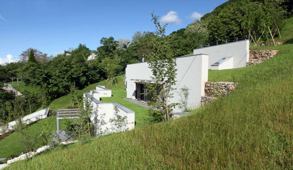 Maison semi-enterrée éco-conçue sur le flanc du0027une colline en Italie