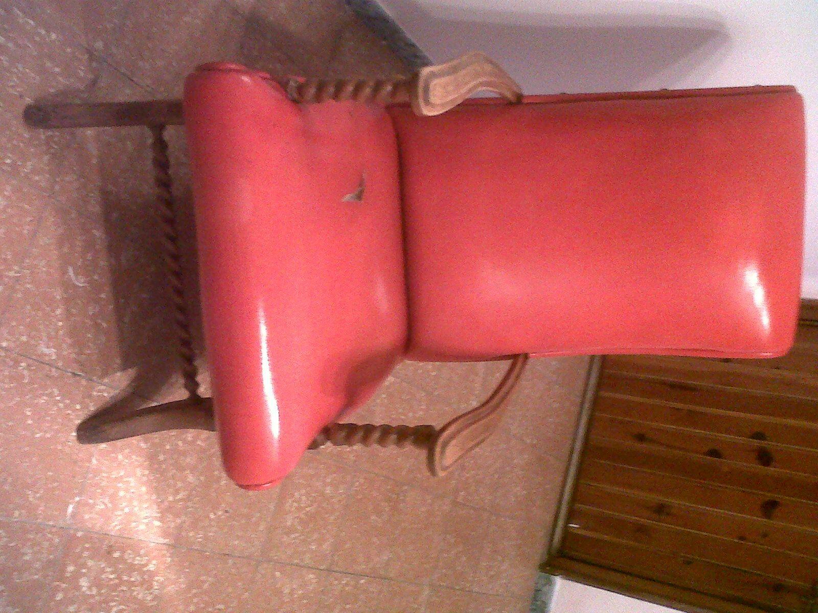 una silla despintada y rota .