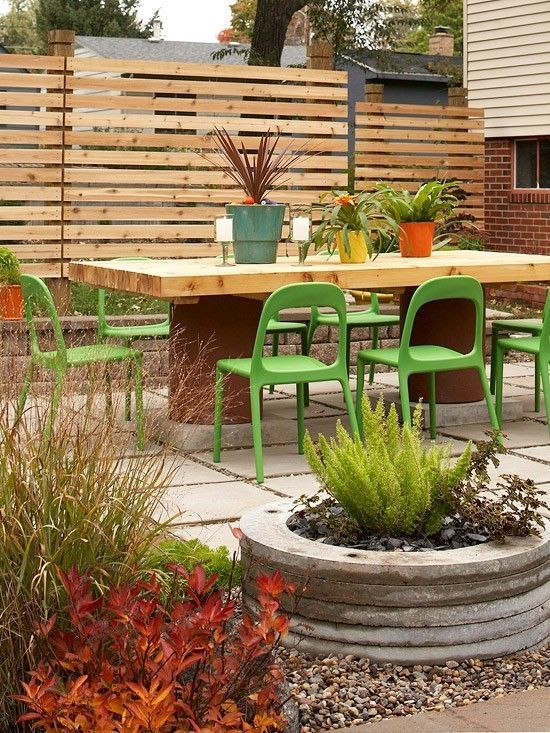 Comfortable Outdoor Dining Area With Pallet Inspired Privacy Fence