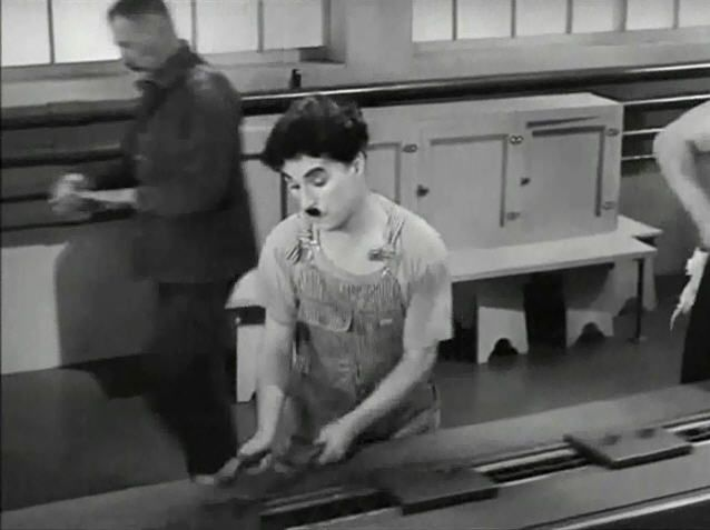 Genial de nuevo Charles Chaplin en esta escena de Tiempos modernos, je, je, je...ese trabajo de producción en cadena no puede ser bueno, ja, ja..