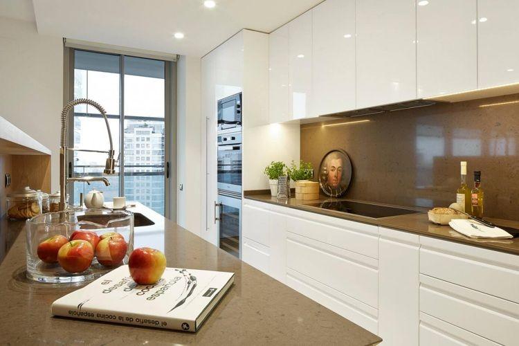 Moderne Küche In Weiß Mit Braun.grauer Arbeitsplatte ähnliche Tolle  Projekte Und Ideen Wie Im Bild Vorgestellt Findest Du Auch In Unserem  Magazin .