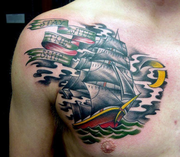 tatuajes en el pecho nave de colores