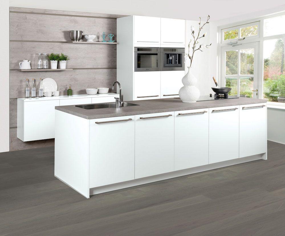 Royale en luxe keuken met moderne apparatuur en kookeiland het grijze werkblad staat mooi bij - De moderne keukens ...