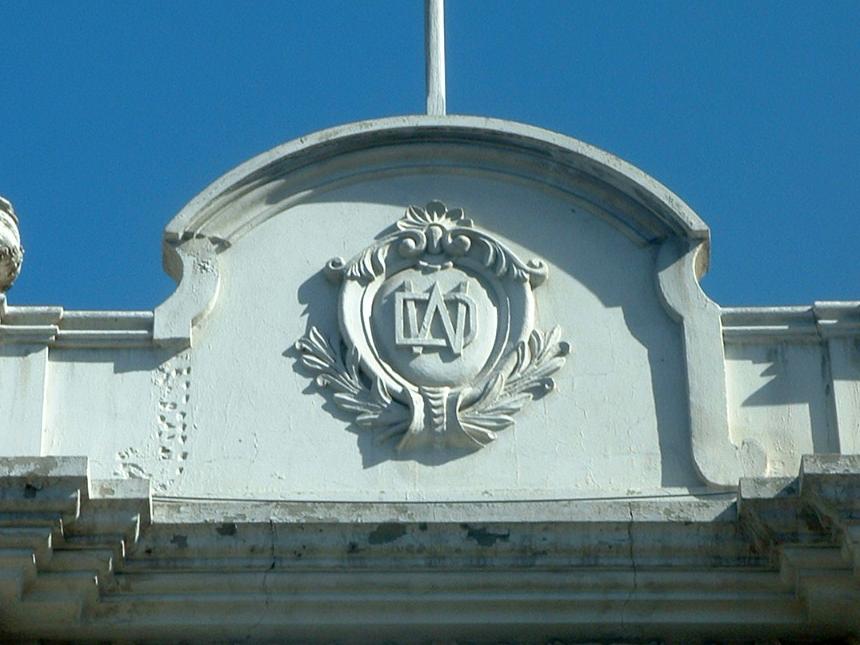 Cacería Tipográfica N° 38: Monograma DW en el Centro Histórico de Arequipa.