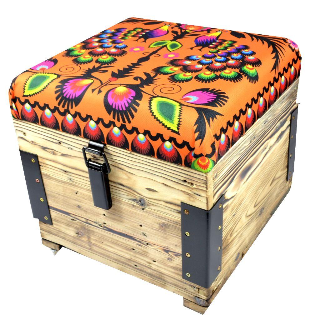 Mała designerska skrzynia- siedzisko z folkową tkaniną .Owoc współpracy z Wood You Like.