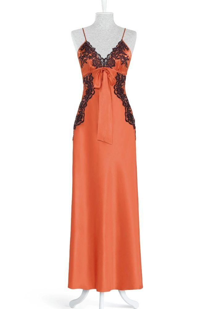 57a4226eb Camisola laranja com renda preta usada pela personagem Tereza Cristina na  novela