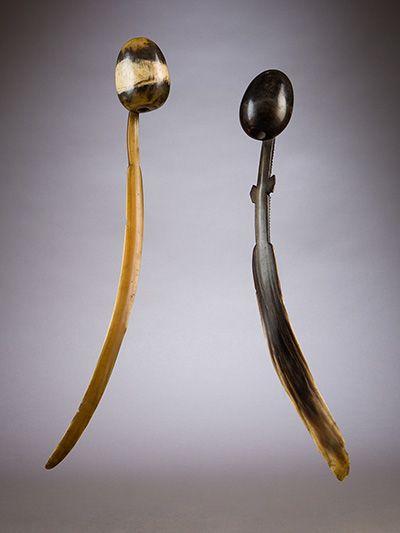 Deux petites boîtes à priser Zulu, Afrique du Sud. XIXe siècle. Corne. H. : 32 cm (à gauche) ; 31 cm (à droite) © Jacaranda Tribal, photo James Worrell.