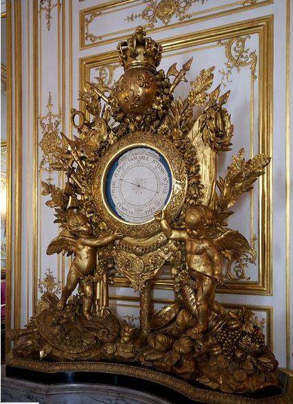 Le baromètre de Louis XVI, par Lemaire, doré par Mozière, dans la - salle a manger louis