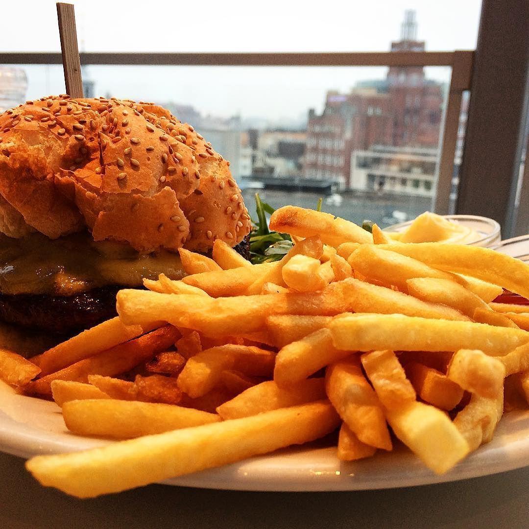 #almocar ou #jantar com uma #lindavista de #amsterdamcity é #muitolegal  _________________________________________ #adoro ver a cidade do alto de preferência no horário do #pordosol. Alguém tem dica de lugar lindo pra ver o por do sol em #Amsterdam ? Se tiver #restaurante ou #bar melhor ainda!!! _________________________________________ #holanda #europe #traveling #tramonto #sunset #holland #amazing #viagem #vacanze #viajando #viajante #eurotrip #goodeats #golosi #goodvibe #goodeaters…