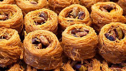 هل تحب ين الحلويات العربية تعل مي معنا طريقة عمل حلى عش البلبل بطريقة سهلة وسريعة إلى جانب العديد من الح Arabic Sweets Recipes Arabic Sweets Lebanese Desserts
