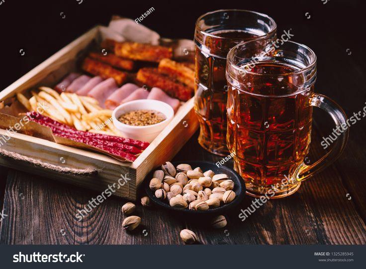 Bier und Snacks. Stehtisch. Restaurant, Pub, Oktoberfestessen. leckeres Lager ...   - House design -
