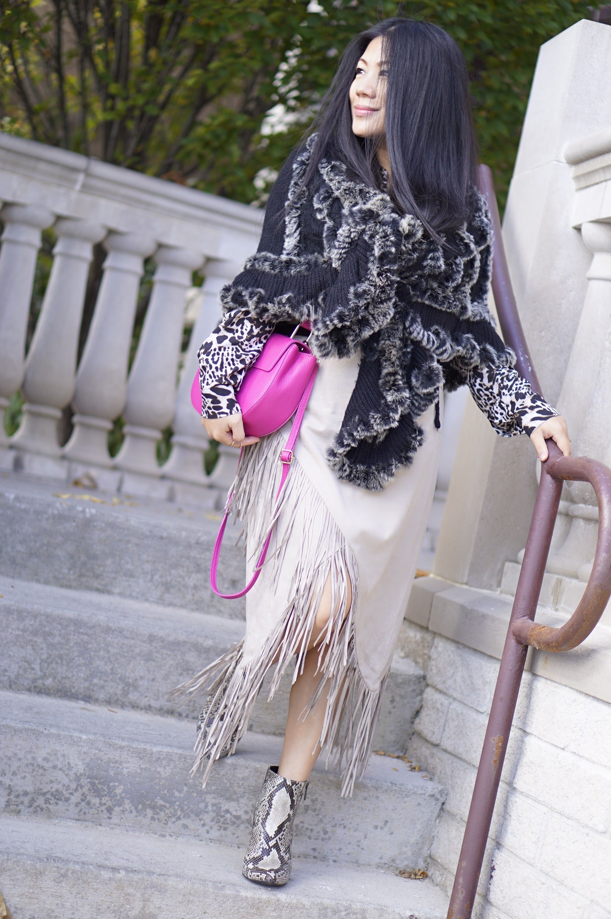fall street style beige fringe skirt+fur sweater cape+pink bag+snake skin booties